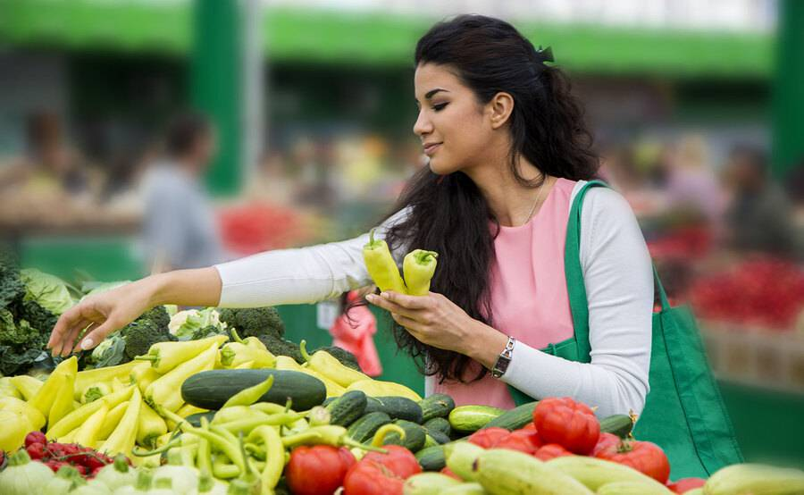 Woman shopping for healthy vegetables, represents some of the  healthy living tips you will learn at the Scripps Healthy Living Program.