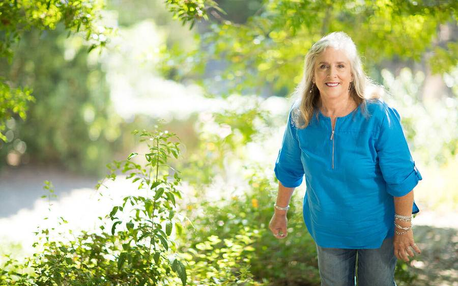 Lynn Sago enjoys a scenic walk and no longer experiences debilitating knee pain after having robotic surgery at Scripps.
