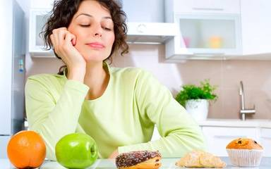 PR E-News generic woman looking at food items 600x375