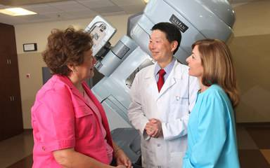 Ray Lin, MD, discusses radiation therapy with a breast cancer patient.